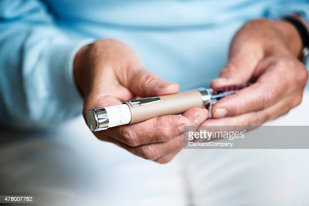 Senior mujer revisando su dosis de insulina.