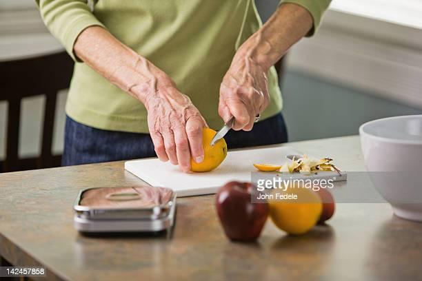Femme âgée des fruits frais