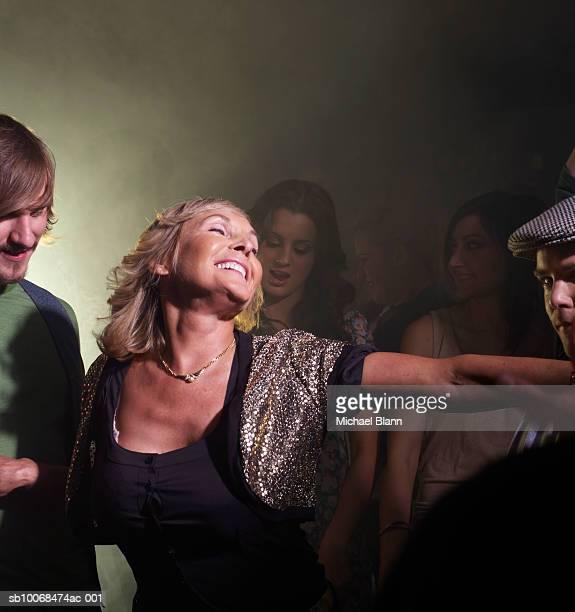 Senior Frau Tanzen mit Freunden im Nachtclub