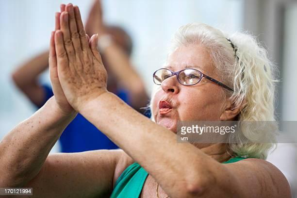 Femme âgée faire des exercices de Pilates