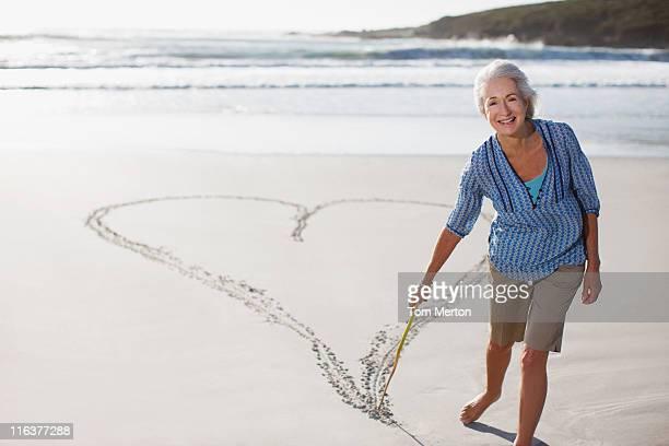 Dessin femme Senior Coeur dans le sable