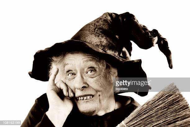 Senior Frau gekleidet als Hexe, Sepia