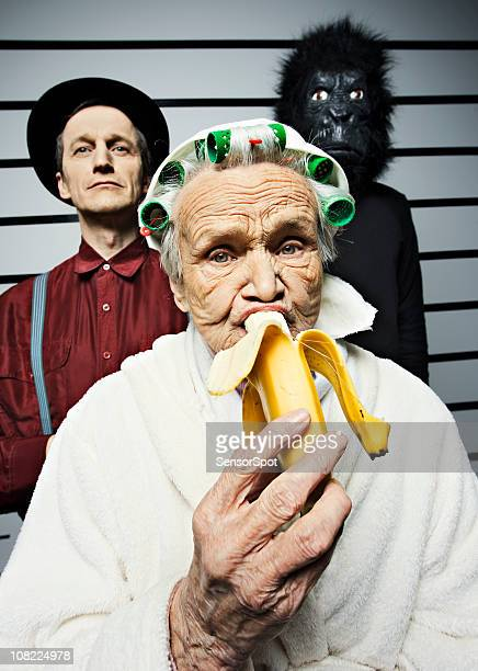 Senior Frau Essen Banane in Police Line-up