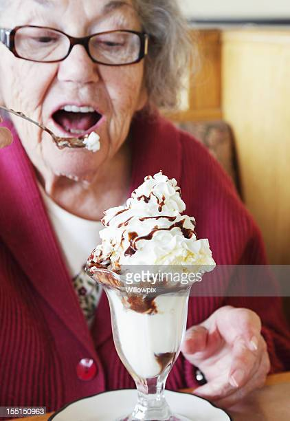 Senior Frau isst Ice Cream Sundae