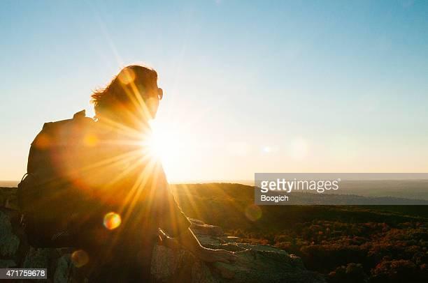 年配の女性は美しいハイキングマウンテンヴューキャッツキル山の夕日