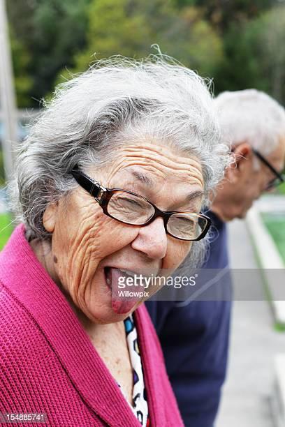 Senior femme drôle de tête en restant sur la languette