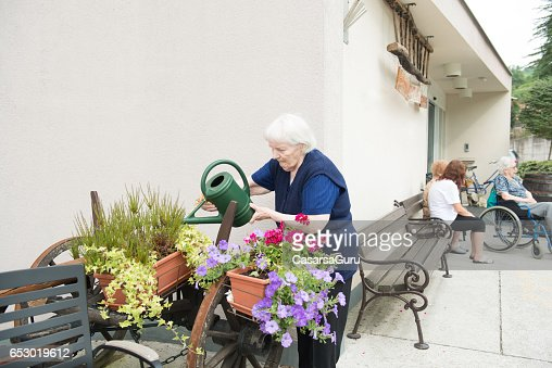 Senior Woman Gardening in The Retirement Home : Stockfoto