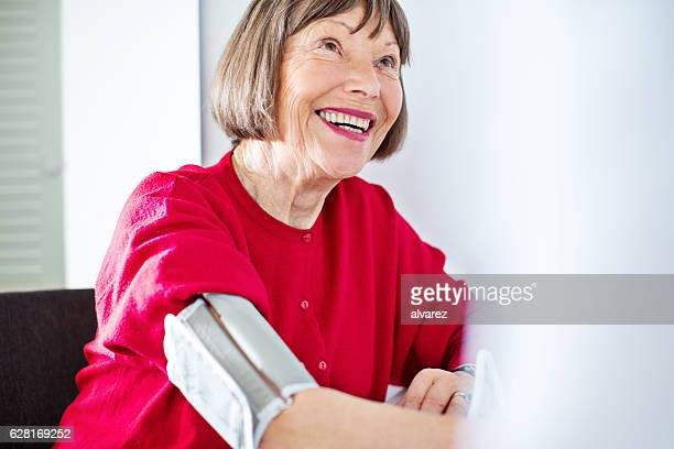 Ältere Frau es Blutdruck überprüft