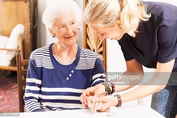 Femme âgée se charge d'une assistance