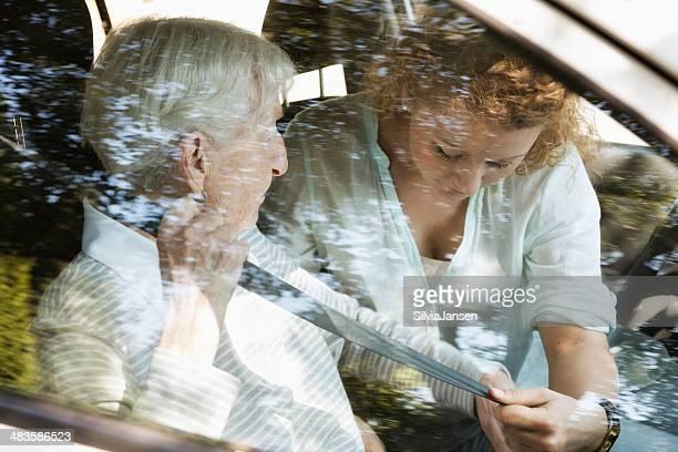 senior Frau Hilfe im Auto