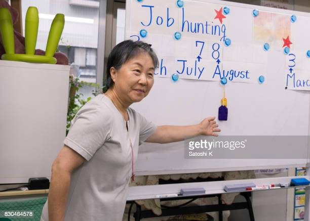 年配の女性の就職活動のプレゼンテーションを与えて