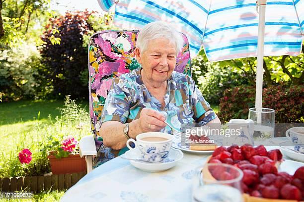 Ältere Frau, die einen Kuchen