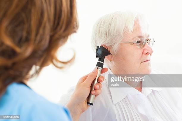 Femme âgée ayant Examen des oreilles au bureau de médecins.