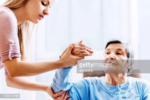 Mujer Senior con terapia física.