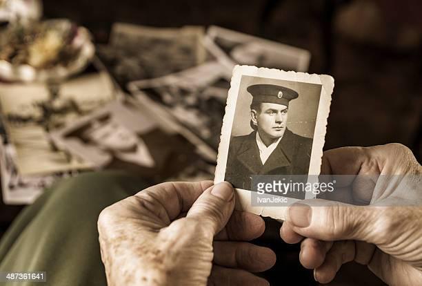 Senior Frau hält dear photograph von ihrem Ehemann vor