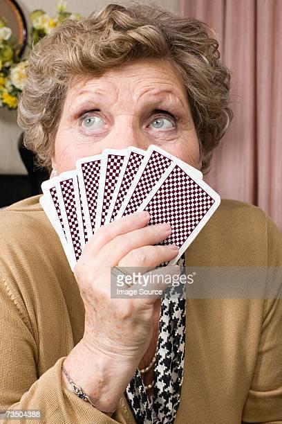 Senior Frau holding Spielkarten
