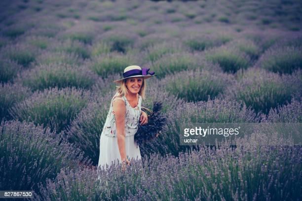 Ältere Frau in Bereichen von Lavendel