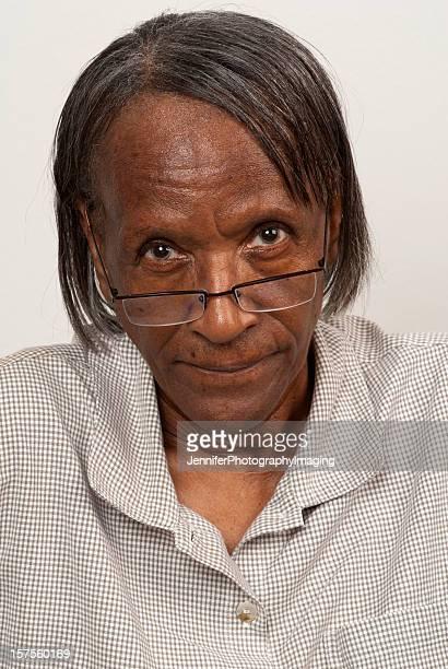 Donna anziana con occhiali