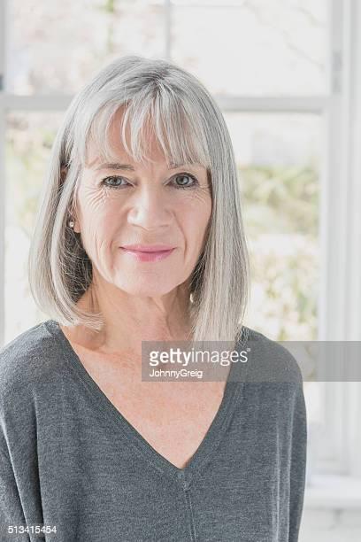 Mulher idosa no seu anos 60 com cabelo cortado cinzento
