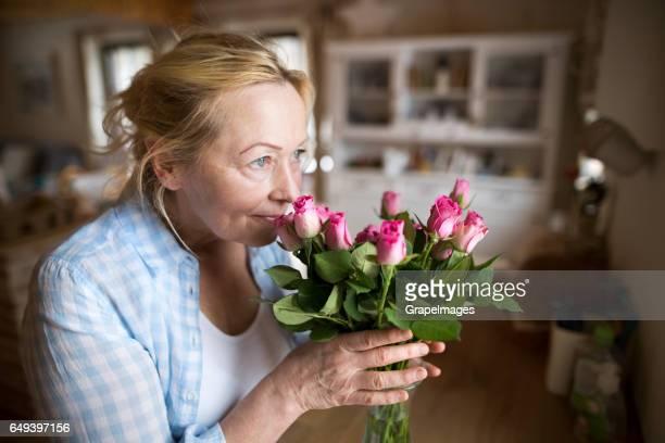 Femme haute dans sa cuisine, Richard bouquet de roses roses