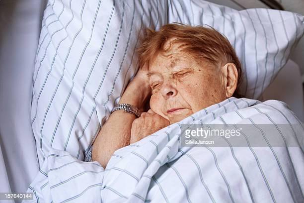Donna anziana in ospedale letto