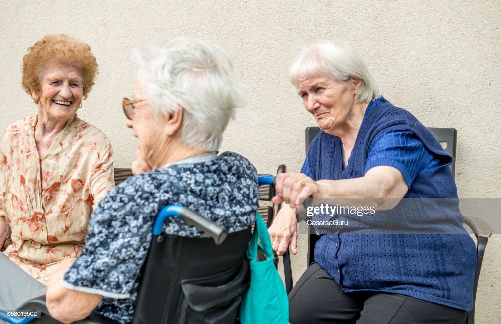 Senior Woman In The Retirement Home Socializing Outdoor : Stockfoto