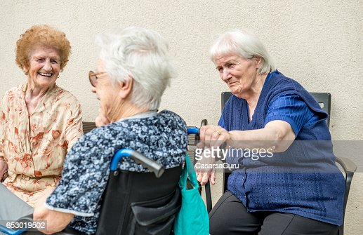 Senior Woman In The Retirement Home Socializing Outdoor : Stock-Foto
