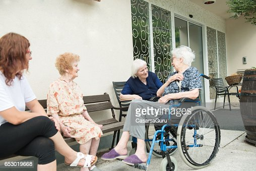 Senior Woman In The Retirement Home Socializing Outdoor : ストックフォト