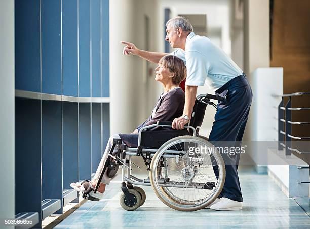 Senior mujer en silla de ruedas