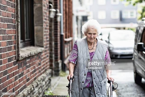 senior donna solitaria