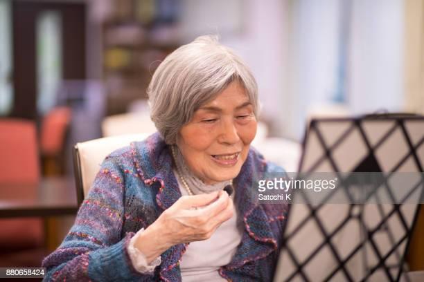 年配の女性がパーティーを補う