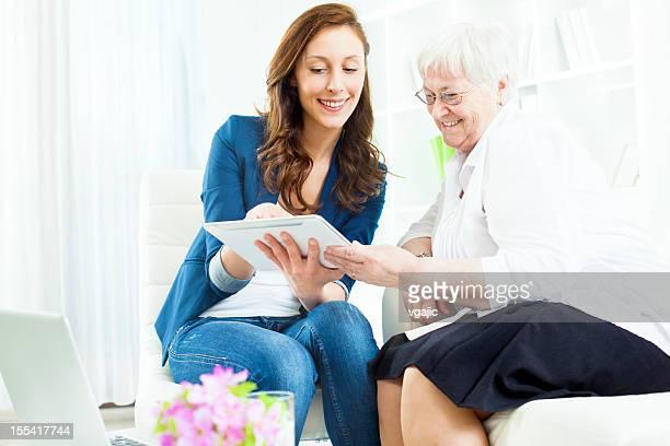 Femme âgée réunion avec le Conseiller financier.