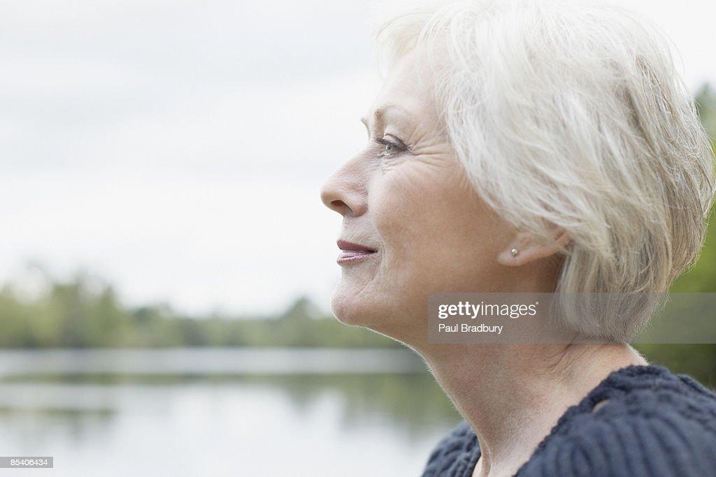 Senior Frau in der Nähe von See : Stock-Foto
