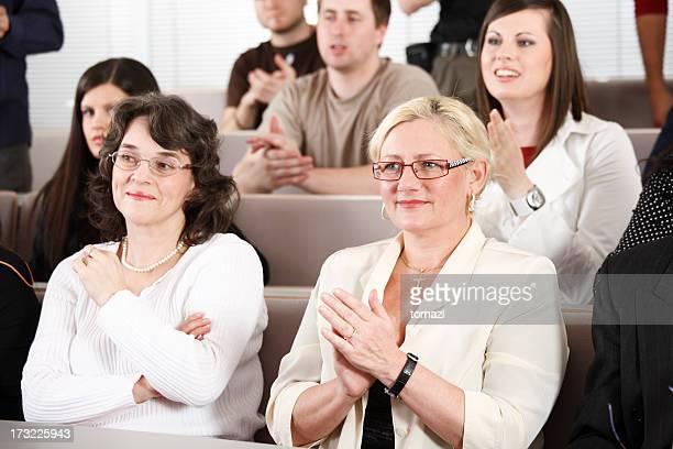 Femme âgée sur des conférences