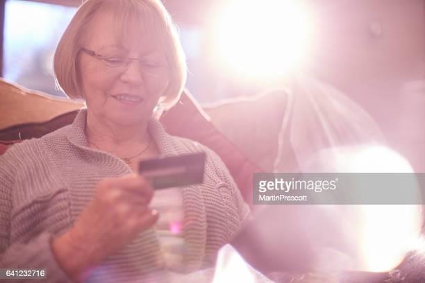 senior mujer de compras en línea