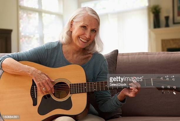 Senior Femme jouant de la guitare