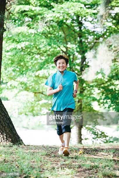 Senior woman walking in den Yoyogi-Park, Tokyo, Japan