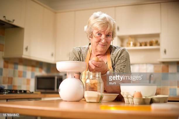 Femme âgée Préparer à manger
