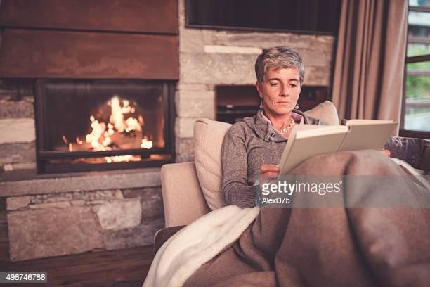Mulher idosa leitura no sofá