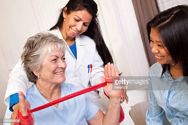 Femme âgée recevoir de la thérapie physique. Thérapeute, médecin. Corde de musculation.