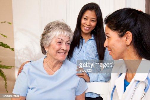 Mujer mayor de recibir su visita del personal de enfermería