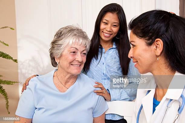 Senior Frau Empfangen von Krankenschwester Besuch bei einer Familie