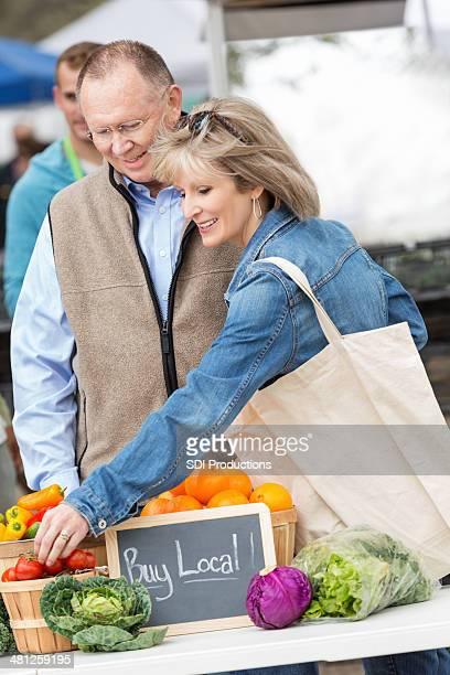 shopping femme Senior avec mari à l'extérieur du marché farmers market