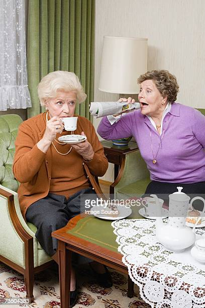 Senior Frau schreien an einen Freund