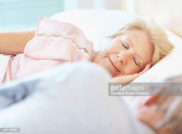 Senior donna dormire oltre il marito