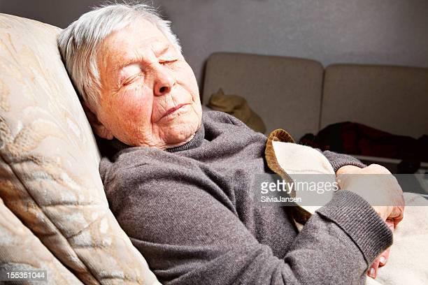 senior donna dormire in poltrona