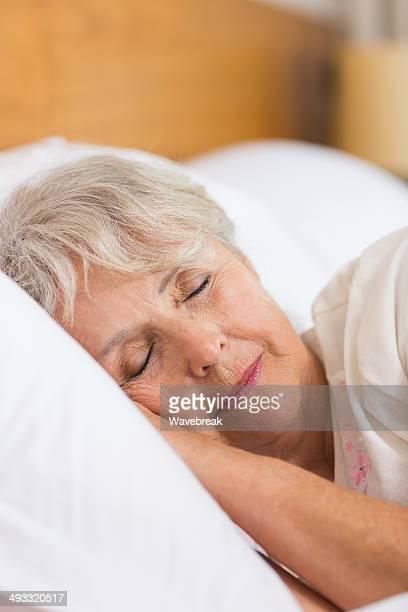 Senior Donna che dorme a letto
