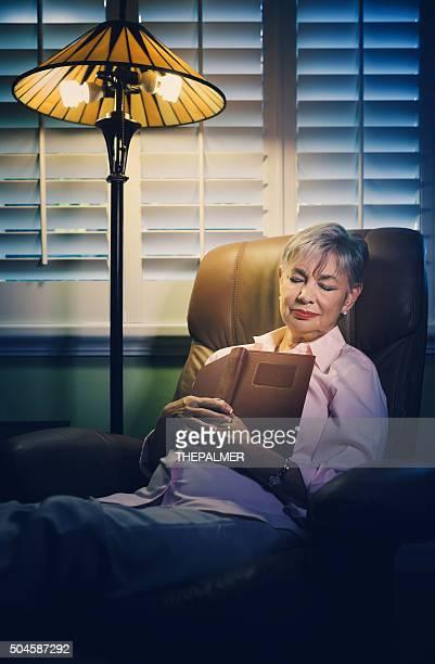 Senior Frau Schlafen bei Buchung