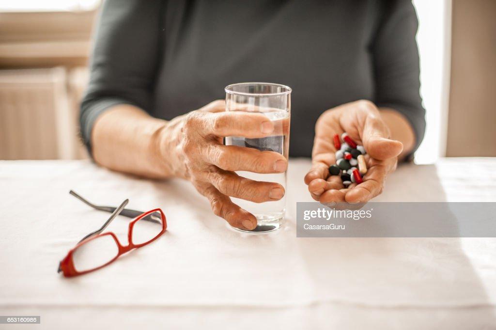 Senior Woman Taking Daily Medicine : Stock-Foto