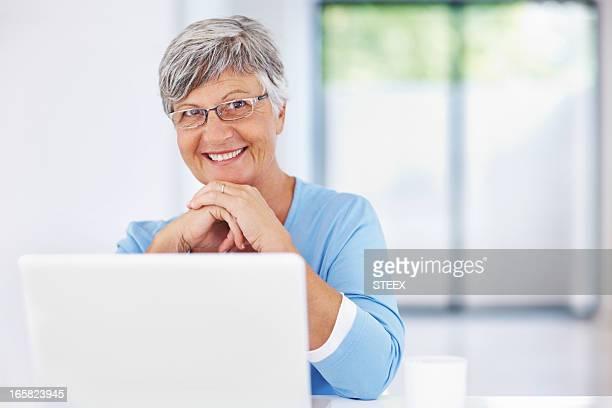 Femme âgée à l'aide d'un ordinateur portable